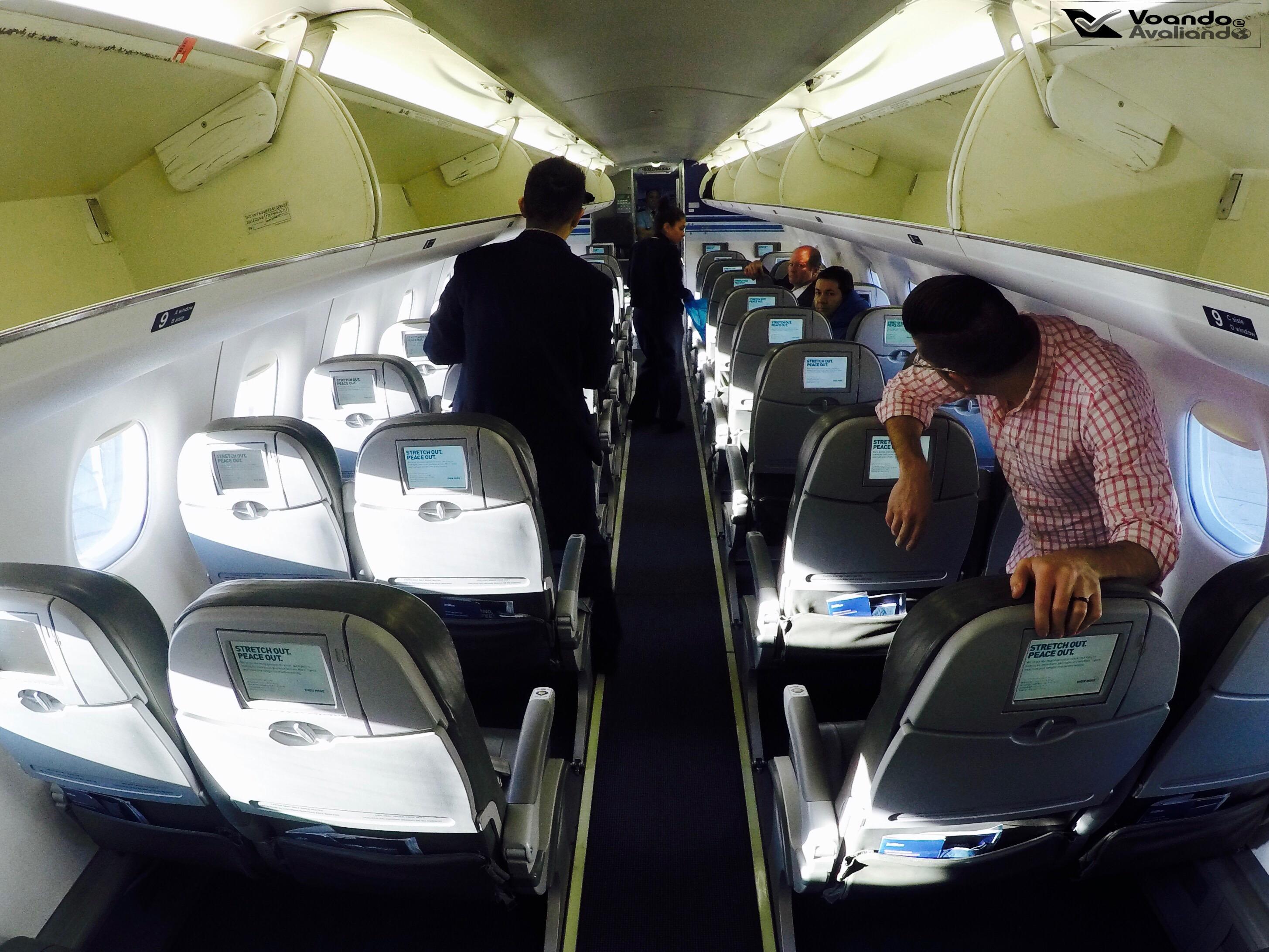 Inside - E190 - Jet Blue 5 - Tripulação Arrumando